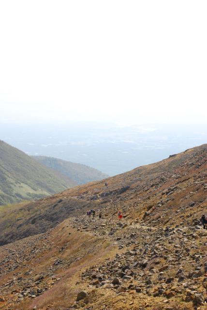 登山口と麓を振り返る_既にこの標高_後続の登山者の姿も小さく見える