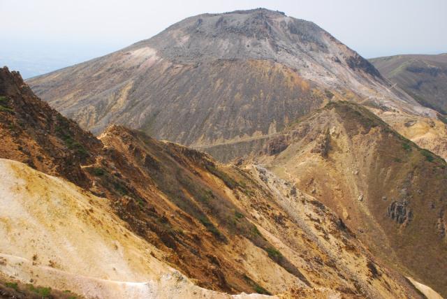 下山途中の登山道から真正面に茶臼岳_大迫力の眺め