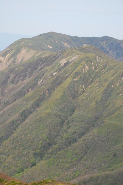 未練が残る裏那須三山の眺め
