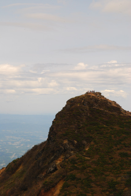 朝日岳の山頂_尖ったピークに登山者が集まっていた