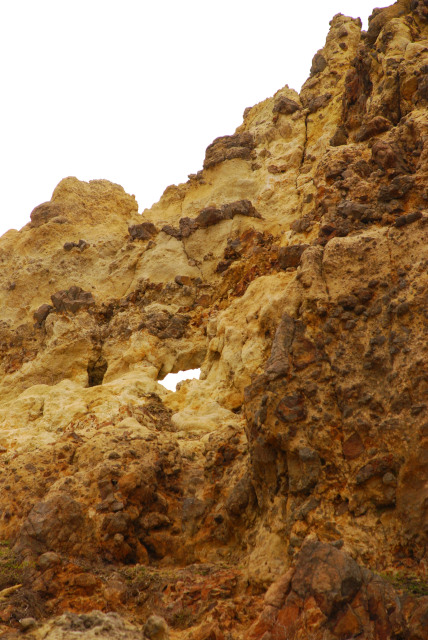 登山道には火山の面影が残る岩がゴロゴロ_草木は一本も生えていない