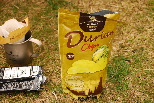O野さんの土産_ドリアンチップスとドリップコーヒー