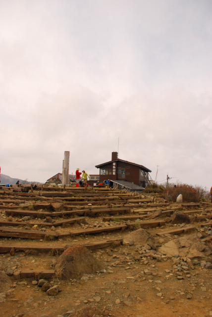 塔ノ岳山頂と尊仏山荘
