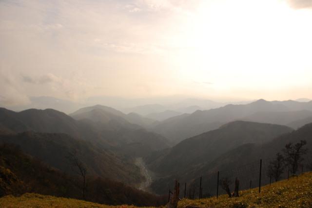 丹沢山の稜線から鍋割沢を見下ろす_目の前に広がる夕日