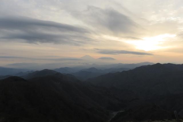 美しい夕日と富士山のシルエット