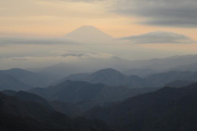 オレンジ色の夕日に浮かび上がる富士山のシルエット