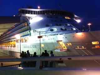 160507_0122本日神戸港に入港した「MARINER OF THE SEAS」VGA
