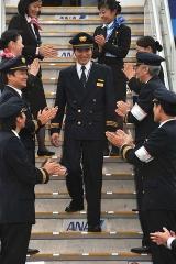 160707_2009年3月25日_副操縦士としての最後の飛行を終えタラップを降りる大西卓哉さん_20090325TPHO0028AGOC_480x720
