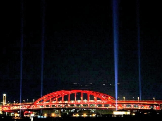 160710_客船入港に合わせライトアップする神戸大橋 kobebridge1_VGA