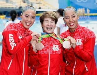 160817・リオ五輪「シンクロ・デュエット」で銅メダルを獲得した乾・三井組と井村監督 PN2016081701001042--CI0003 640x497
