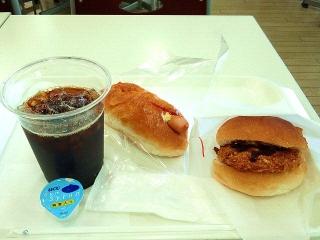 160824_4138「阪急パン&カフェ」のホットドックとチキンカツバーガーとアイスコーヒーの「2パンセット」365円VGA