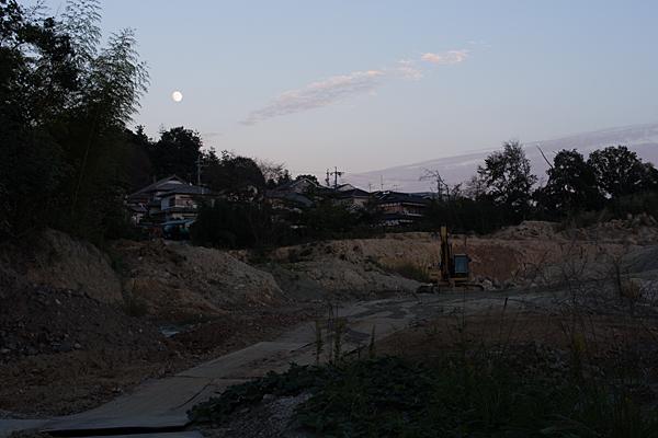 工事現場と月
