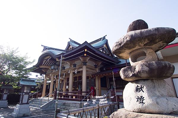 拝殿と石灯籠
