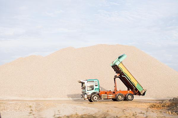トラックと砂山