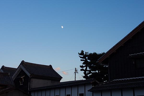 蔵造りのシルエットと夕方の月