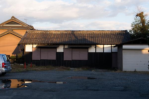西日が当たる古い家屋