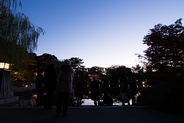 夕暮れ徳川園と入園者