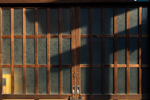 古い木戸と鳥居の影