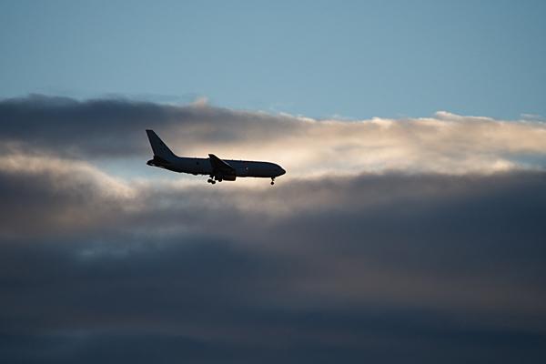 雲とシルエット飛行機