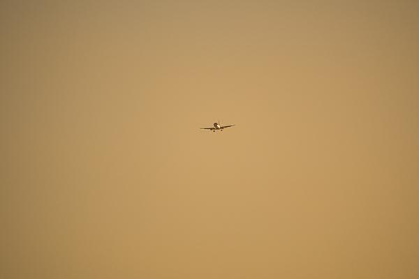 夕焼けの中の飛行機