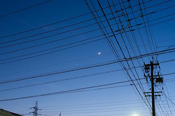 電線と月と金星とひこうき雲