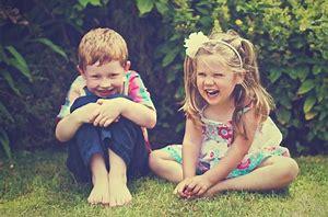 芝生でお話中の子ども
