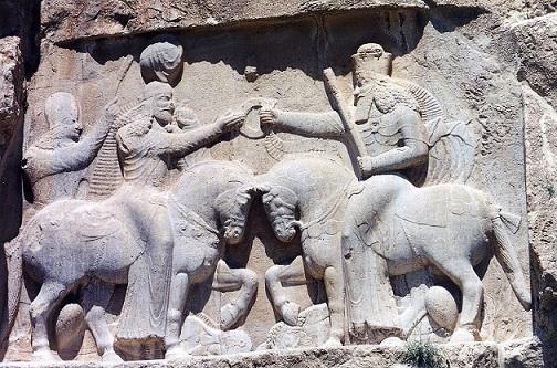 アフラマズダー神(右)から王権の象徴を授与されるアルダシール1世(左)のレリーフ(ナグシェ・ロスタム)