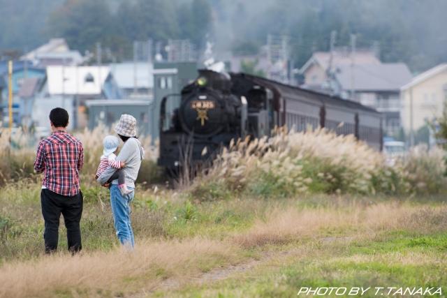 飯山線ロマン号を畦道から見る親子