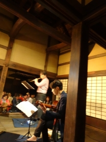 ギターとフルート奏者の演奏に聞きほれました。