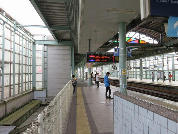 1番線着工前の登戸駅下りホーム。1番線の予定地は用地買収が完了しておらず高架橋が途切れていた。